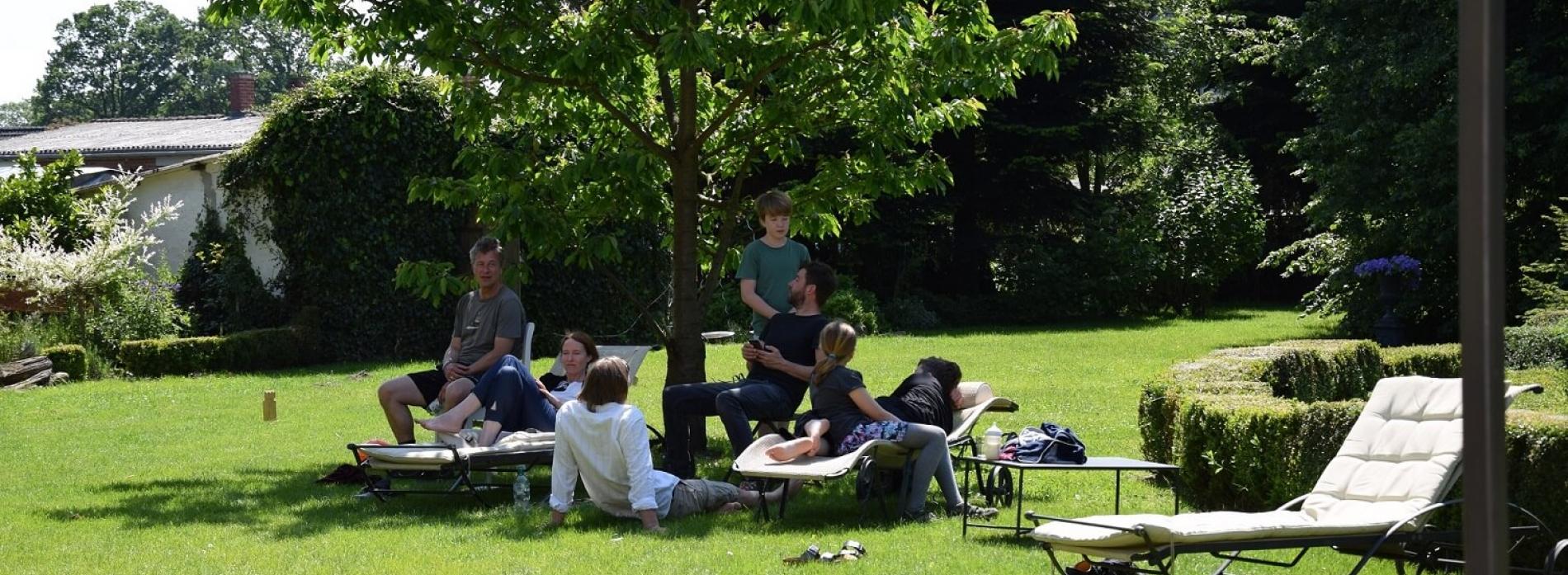 Gutshaus Volzrade Garten Gäste Kirschbaum
