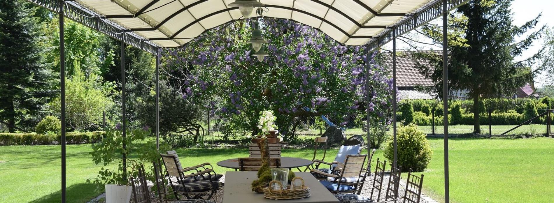 Gutshaus Volzrade Tisch Pergola Garten